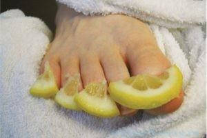 дольки лимона на ноге