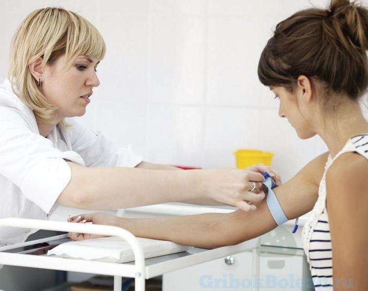 медсестра берет кровь